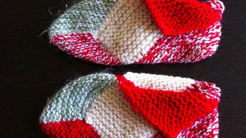 Chaussons en laine tricotés par ma tata: carrés de laines assemblés pour des pieds au chaud